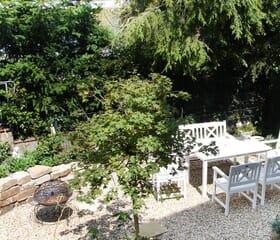 Kleiner Stadtgarten mit Natursteintreppe und Sitzbereich