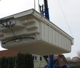 Baustelle: Poolbau - Polyesterbecken mit Kran einsetzen
