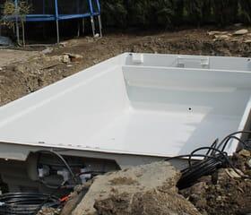 Baustelle: Polyesterbecken, GFK-Pool eingesetzt