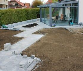 Baustelle: Gartenwege pflastern