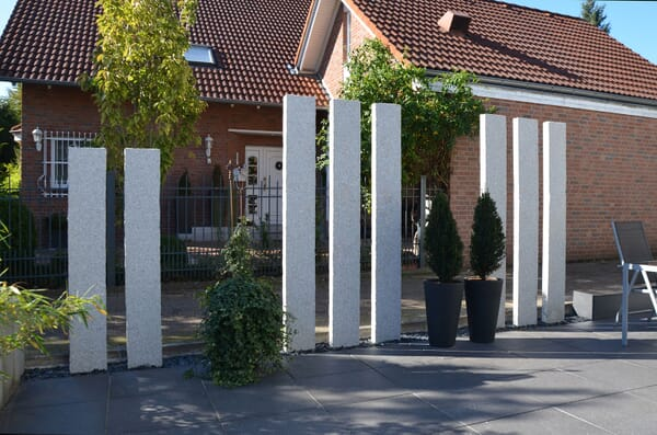 Granit-Stelen als Sichtschutz und Raumteiler
