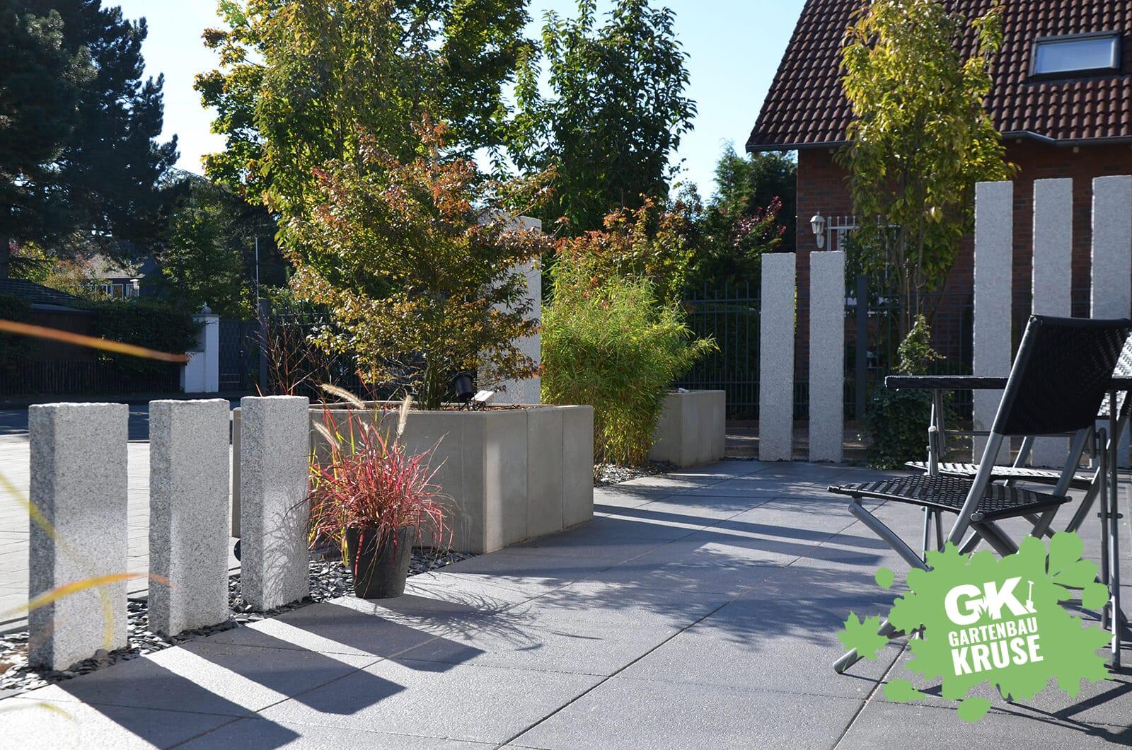 moderne terrasse mit granit stelen. Black Bedroom Furniture Sets. Home Design Ideas