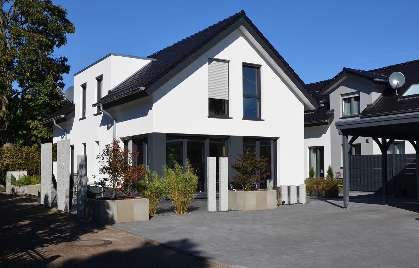 Moderne Terrasse mit Granit-Stelen
