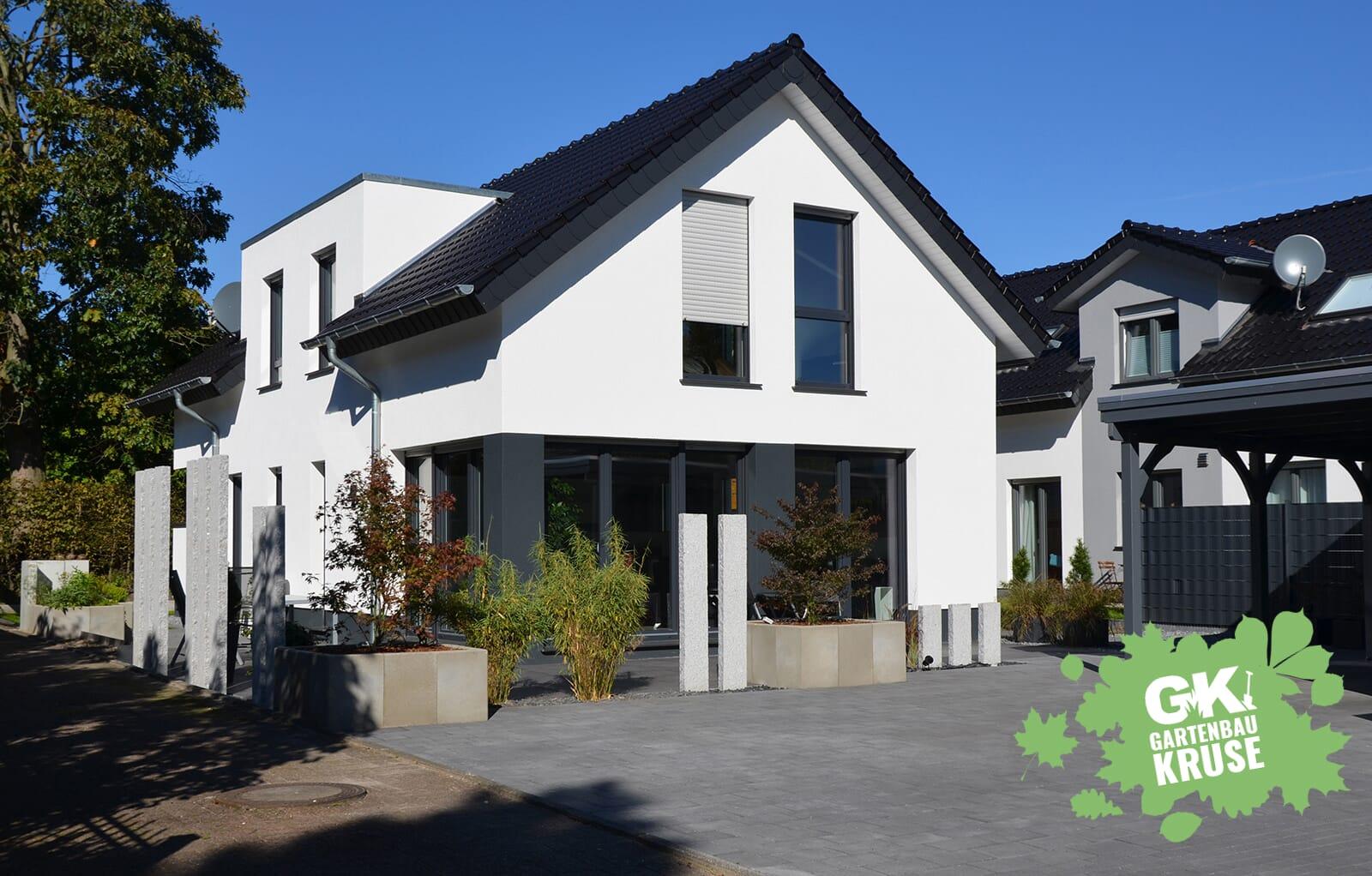 Moderne Terrasse mit Granit-Stelen - Gartenbaukruse.de ...