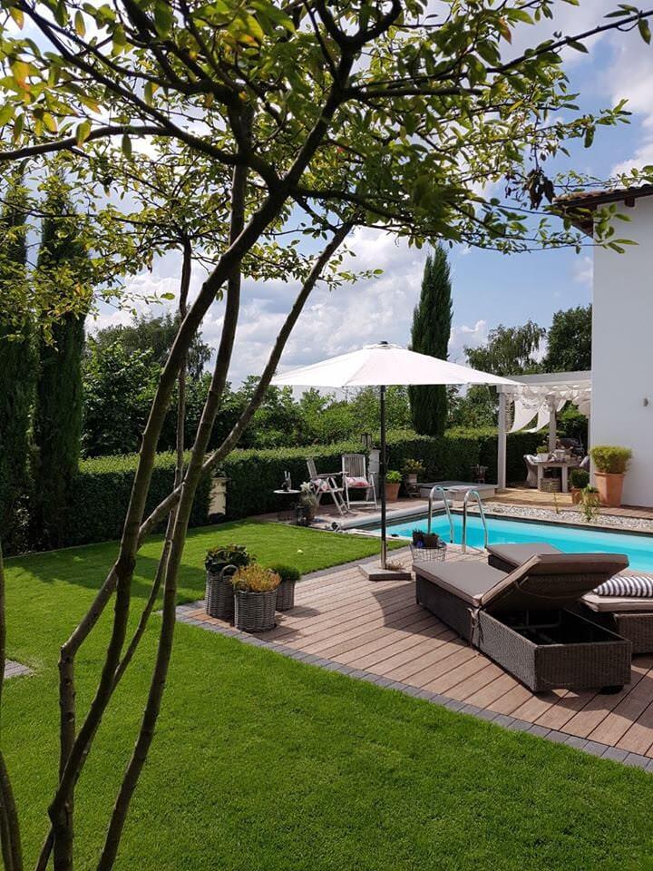 Poolbau: Holzterrasse, Rasen