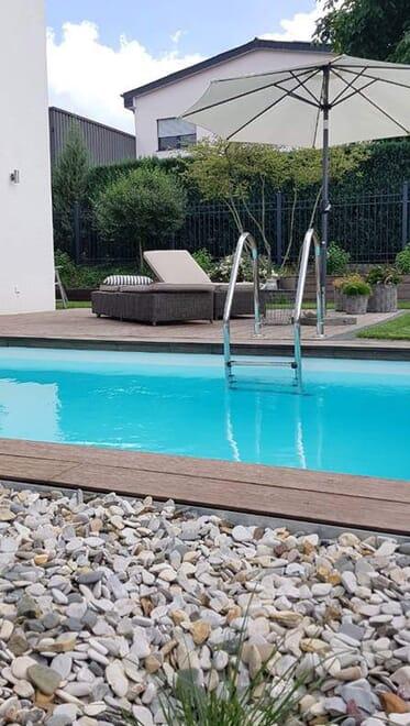 Poolbau: Holzterrasse, Kiesfläche