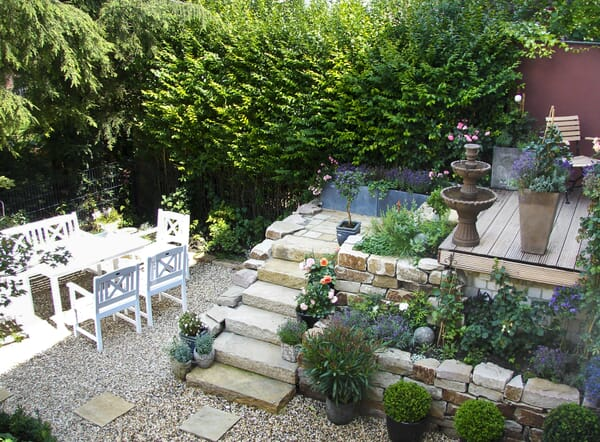 Natursteintreppe im Garten